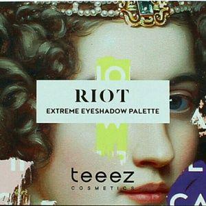 Riot Eyeshadow Palette in Extreme